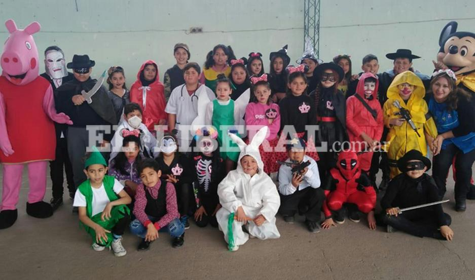 """El concurso de disfraces fue la principal atracción en las actividades para celebrar el """"Día del Estudiante""""."""