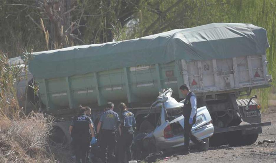 Cinco personas fallecieron en el lugar, luego de que el auto en el que se trasladaban impactó a un camión.