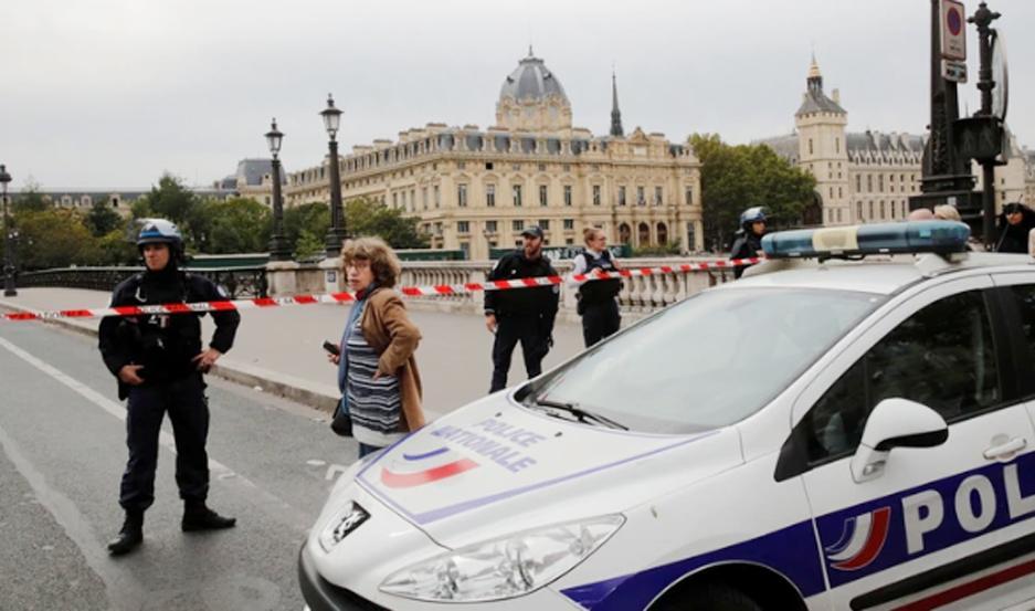 La policía francesa asegura el área donde ocurrió el ataque.