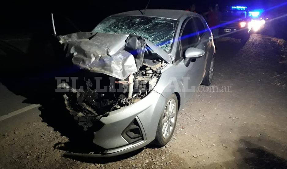 El auto quedó destrozado tras ser embestido por la camioneta.