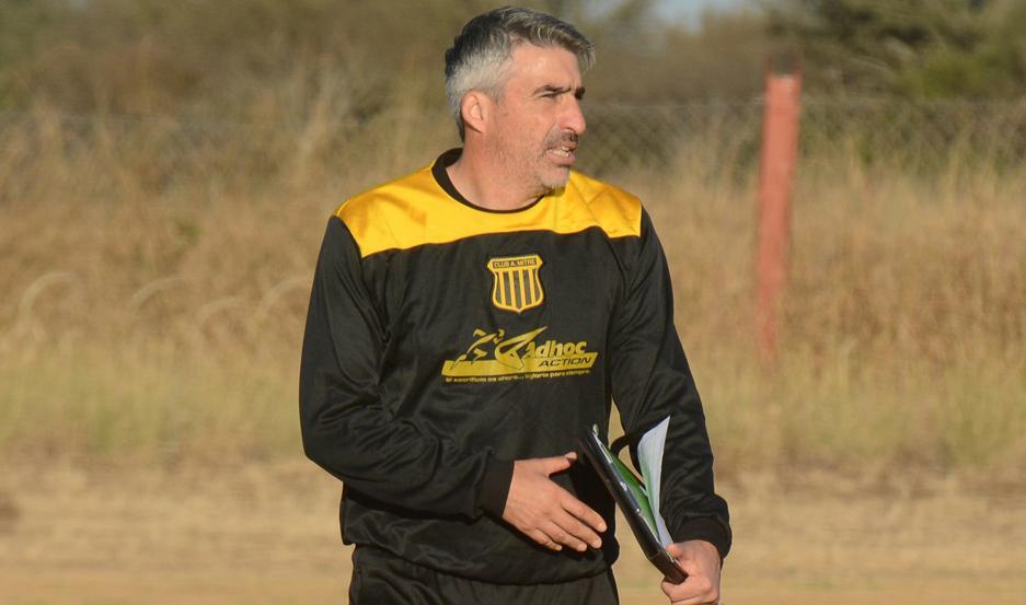 El DT de Mitre tendrá que suplir varias bajas importantes para sostener el encuentro del domingo ante Deportivo Morón.