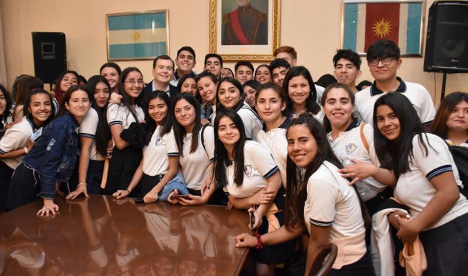 Los estudiantes fueron recibidos por el primer mandatario en el Salón de Acuerdos de Casa de Gobierno.