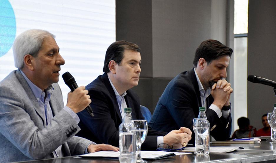 POSTAL El Dr. Gerardo Zamora, el vicegobernador Neder y el coordinador de equipos técnicos del Frente de Todos, Nicolás Trotta, en el Fórum.