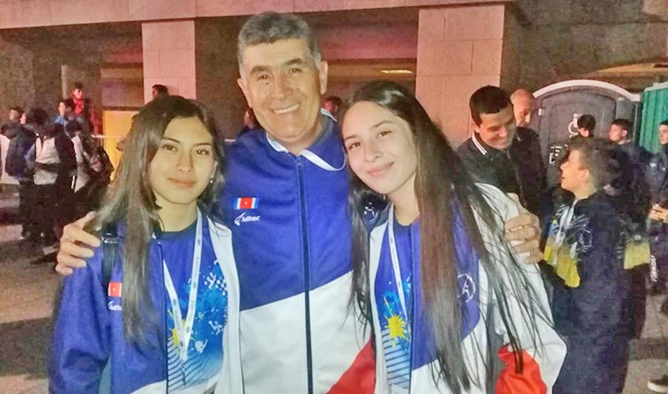 PROTAGONISTAS. María José y María Virginia Ruiz y su entrenador Humberto Irusta, en la competencia de Mar del Plata.