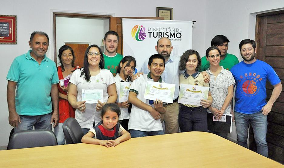 Los chicos ganadores del concurso recibieron los certificados de manos del intendente Pablo Mirolo.