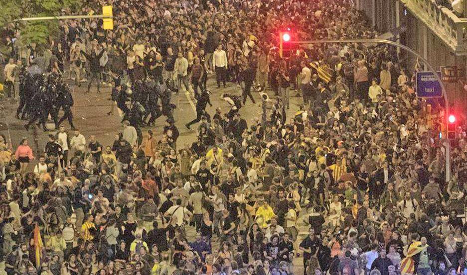 Miles de estudiantes cortaron las principales arterias de Barcelona con pancartas que reclamaban 'Libertad para los presos políticos'.
