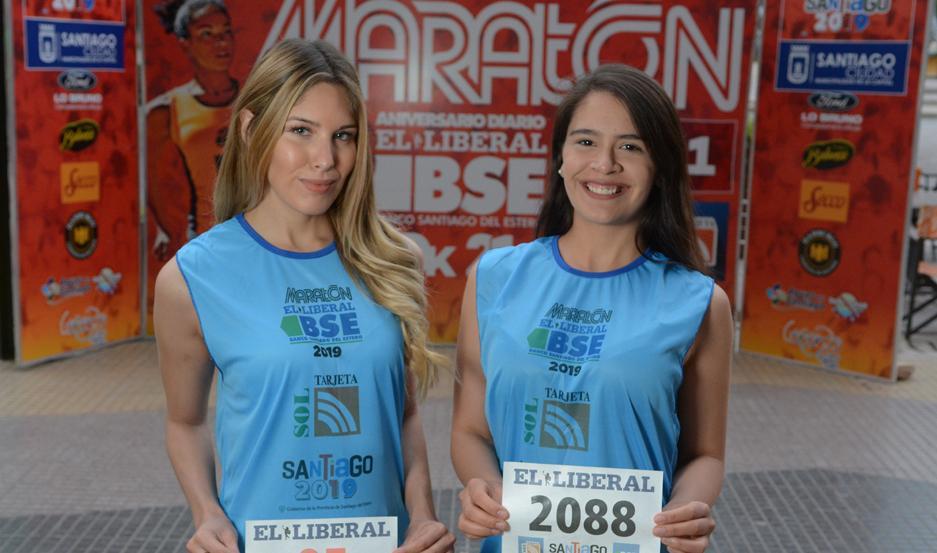 Janet Banega y Melani Fontanet, en la presentación de la remera del Maratón.