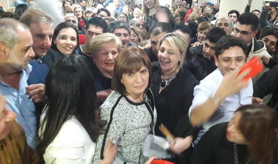 IMAGEN Bullrich, junto a las candidatas anoche, en un hotel céntrico.