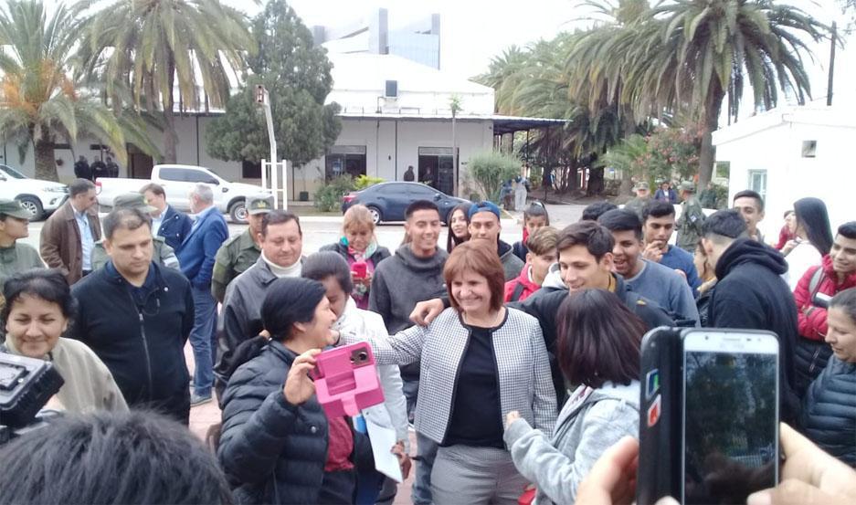La ministra compartió con los chicos que participan del Servicio Cívico Voluntario.
