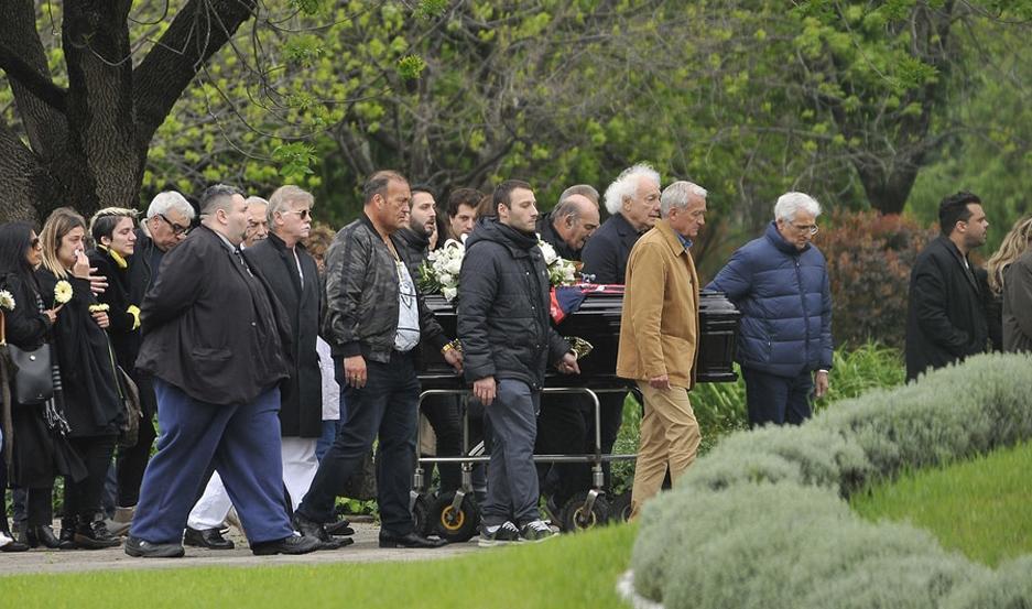 Los restos del artista descansan en un cementerio privado de Pilar.
