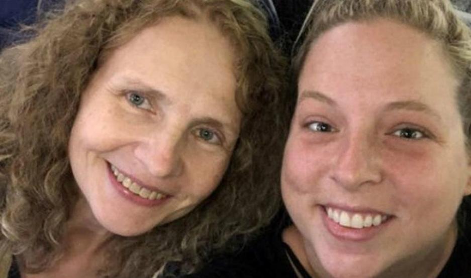 Hillary Harris, junto a su hermana Dawn Johnson.