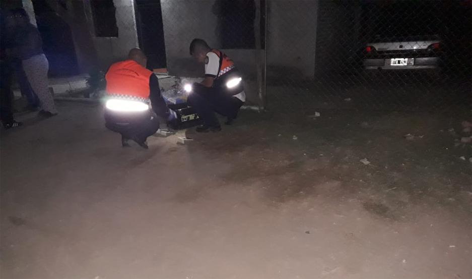 Efectivos de la División Criminalística trabajaron en el frente de la vivienda realizando las pruebas de rigor.