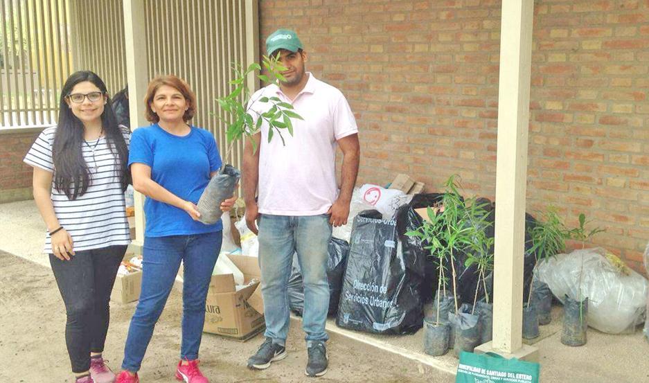 CAMPAÑA. Luego de entregar sus residuos reciclables, una vecina llevó a su casa una especie arbórea