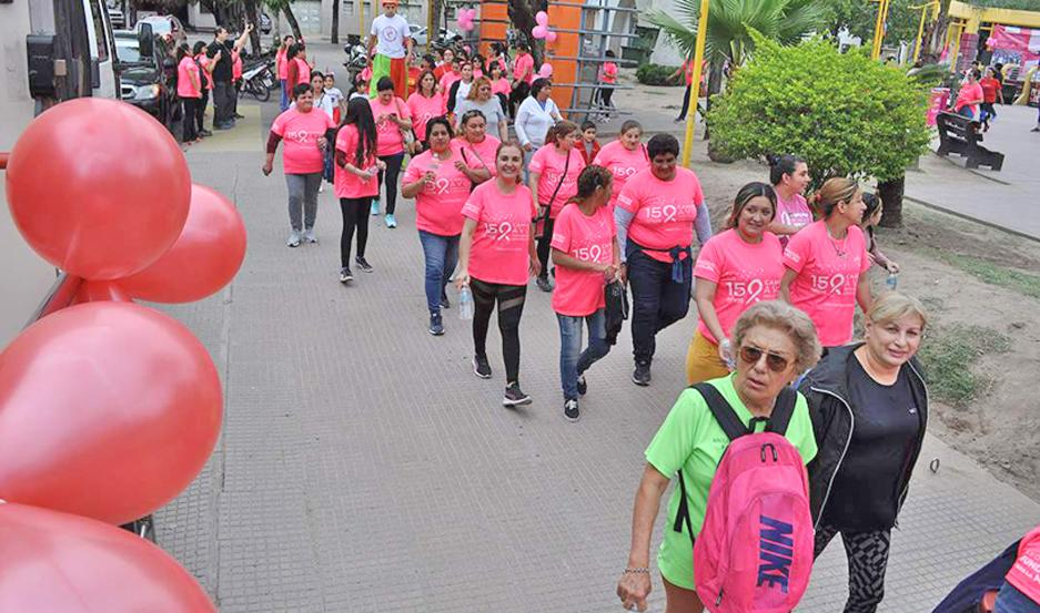 DANZA. Más de un centenar de mujeres y hombres participaron de clases de baile de ritmos latinos y de una caminata alrededor de la plaza Belgrano.