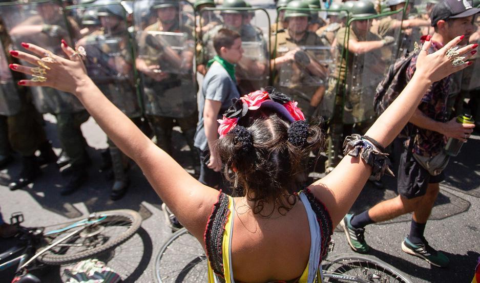 DESAFÍO. Miles de personas, principalmente jóvenes, hacen frente a las fuerzas de seguridad chilenas.