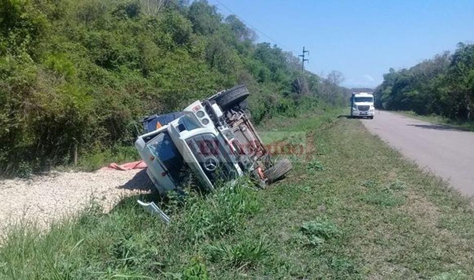 El vehículo quedó volcado a un lado de la cinta asfáltica.