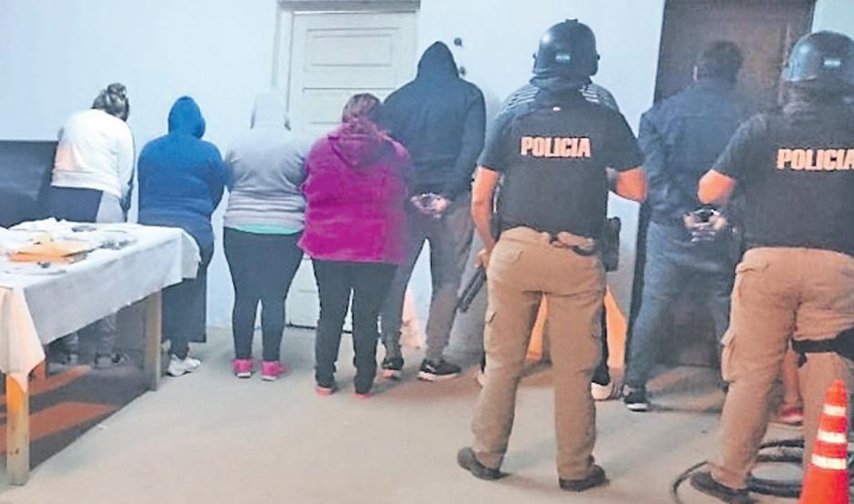 SORPRESA. Los policías pegaron de madrugada. Antes, apostaron hombres en las cuatro esquinas de cada blanco judicial.