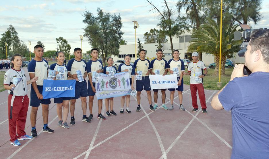 EQUIPO. Los cadetes que se ilusionan con hacer podio en los 10 kilómetros del Maratón junto a los responsables de la División de Educación Física.