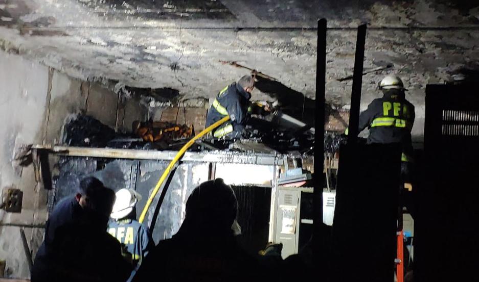 Combaten un incendio en la sede central del Banco Nación