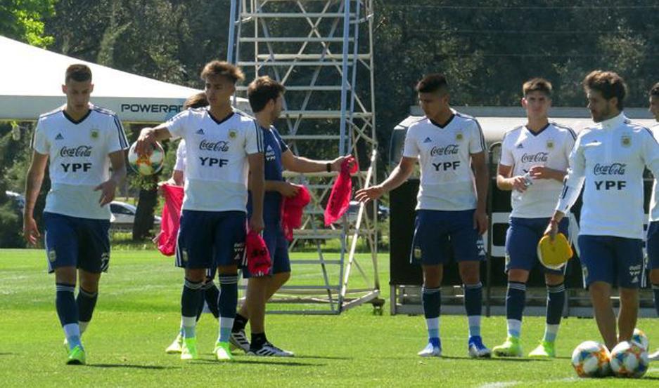 El plantel argentino, con los santiagueños Exequiel Zeballos y Franco Herrera, se pone a punto para el juego ante Camerún.