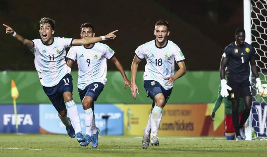 El santiagueño festejó con sus compañeros el gran triunfo.