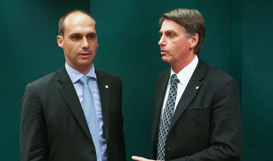 El presidente Jair Bolsonaro (der.) cuestionó las declaraciones de su hijo Eduardo.