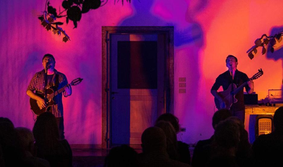 Manu y Pelu siguen llevando un amplio repertorio por escenarios europeos.