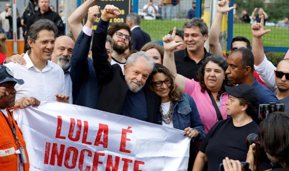 Cientos de seguidores esperaron por Lula a la salida.