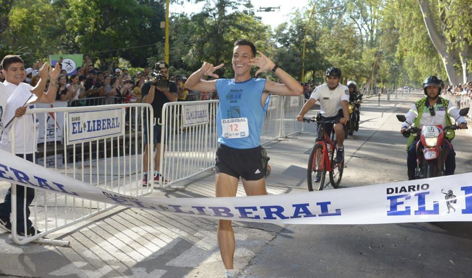 INOLVIDABLE. Mauricio Garzón recibió el respaldo de los santiagueños a largo de los 10 kilómetros y logró cruzar la línea de llegada con una importante ventaja. Una fecha memorable para el atletismo santiagueño.
