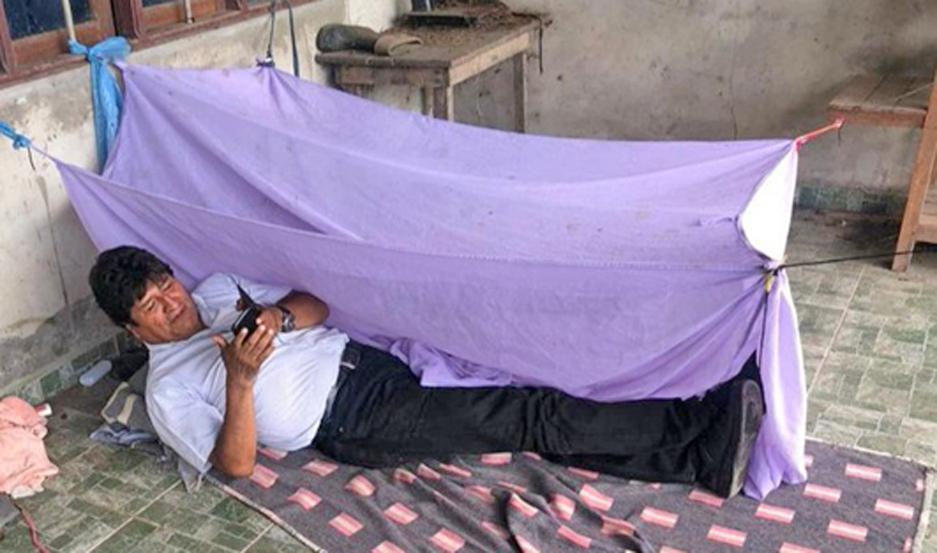 Morales mostró cómo pasó su primera noche, durmiendo en el piso, luego de verse obligado a renunciar.