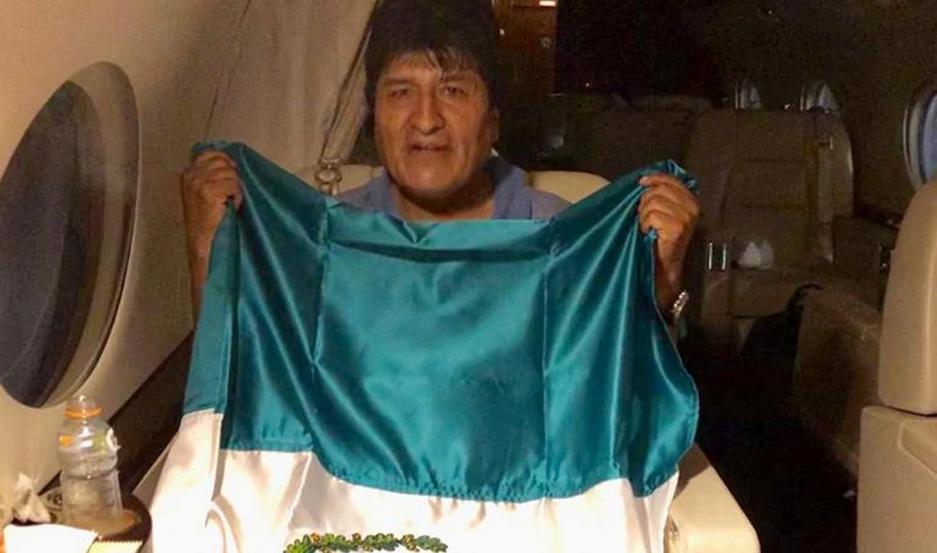 En las últimas horas, se viralizó la imagen de Evo Morales, en pleno vuelo, con la bandera mexicana.