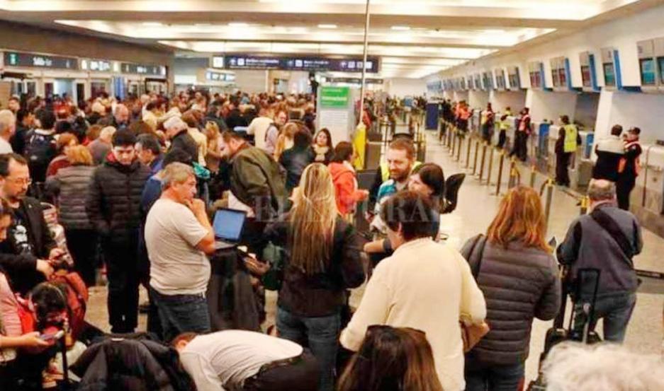 El paro de paro de despachantes en Ezeiza y Aeroparque genera demora en 14 vuelos.