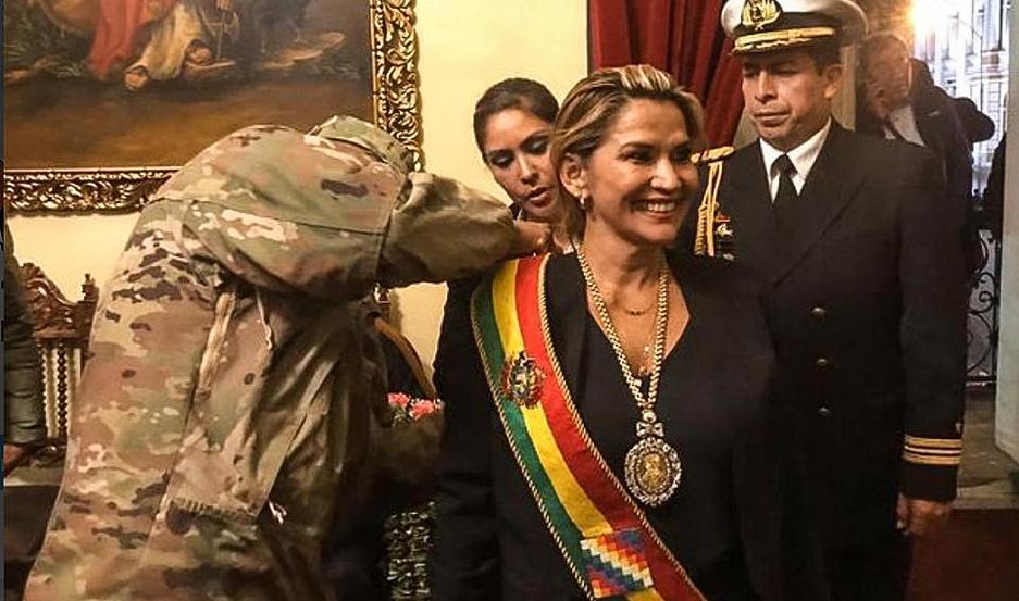 La foto que se hizo viral: los militares poniendo la banda presidencial a Jeanine Áñez.