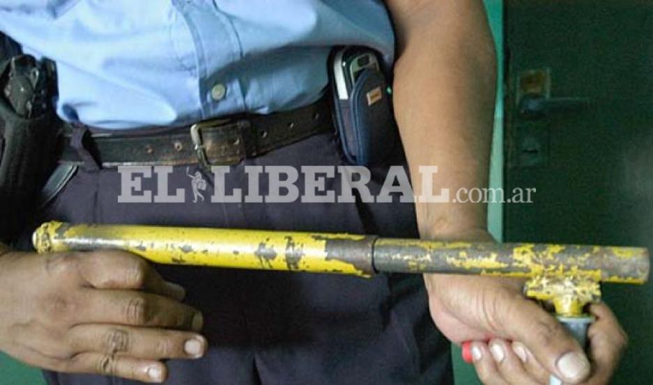 Testigos circunstanciales manifestaron que el agresor se dio a la fuga, tras accionar una tumbera contra el joven damnificado.