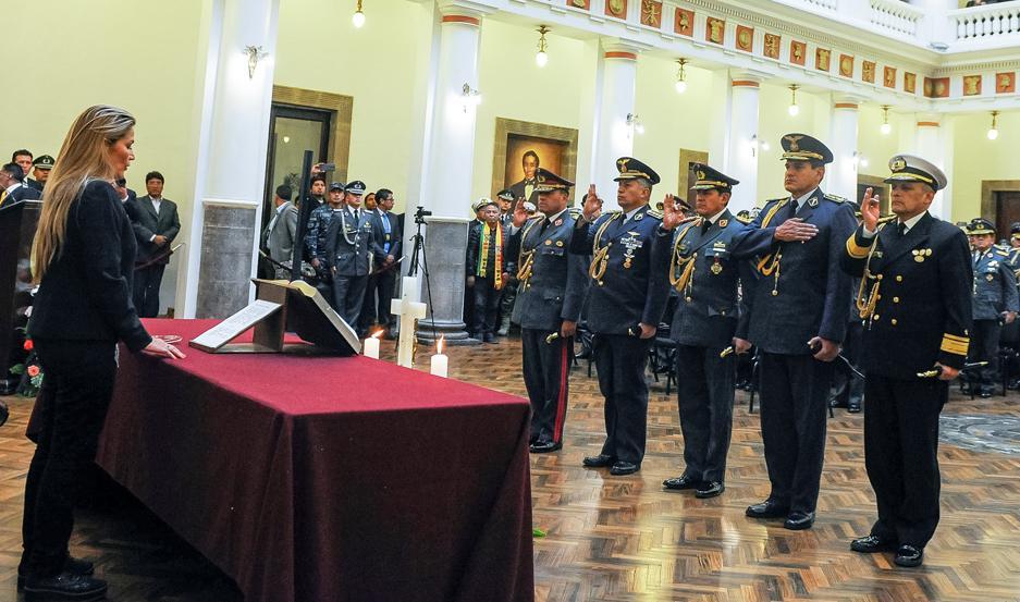 Jeanine Áñez, removió a la cúpula de las Fuerzas Armadas que había pedido la renuncia de Morales y tomó juramento a los nuevos jefes militares.