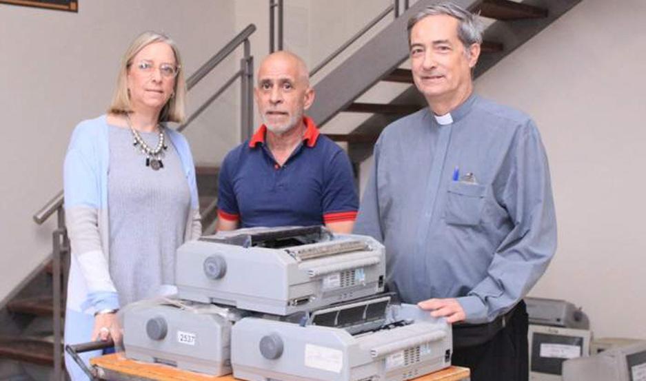 Las donaciones fueron recibidas por el sacerdote Juan Castro Zavalía.