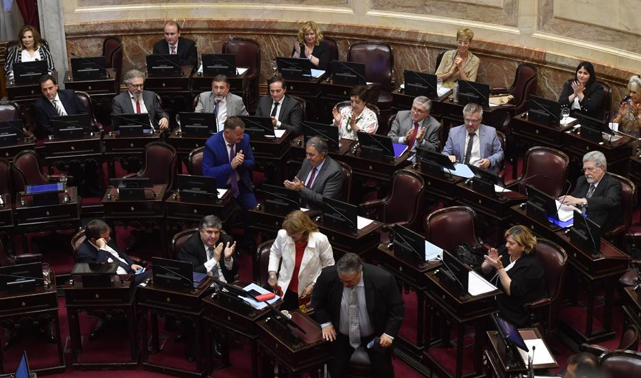 La sesión estuvo a punto de quedar sin quórum debido a la falta de acuerdo entre oficialismo y oposición.