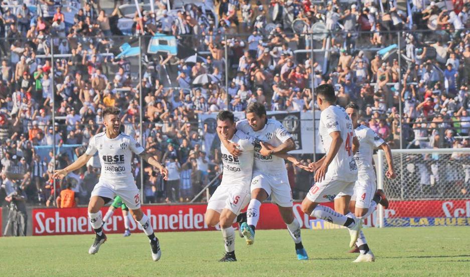 GRITO IMBORRABLE. Cristian Vega, el único santiagueño entre los titulares, sacó un zapatazo impresionante que se metió en el ángulo y así, le dio a Central Córdoba el pase a la final de la Copa Argentina.