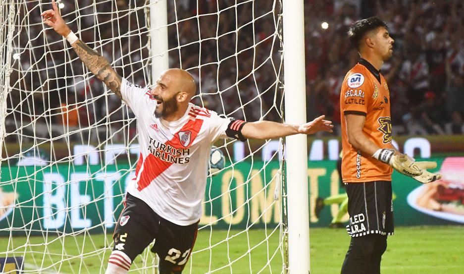 CELEBRACIÓN. El defensor y capitán Javier Pinola abrió el camino para la victoria de River, al aprovechar una jugada de pelota parada en el primer tiempo.