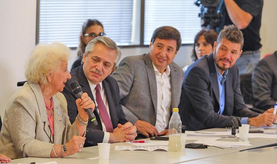 Arroyo (sentado junto a Fernández), posible ministro de Desarrollo Social, adelantó cómo será el plan.