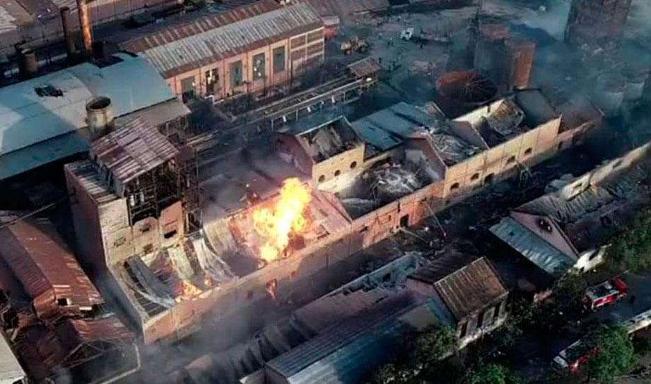 Las llamas se propagaron rápidamente y no descartan más explosiones en las próximas horas.