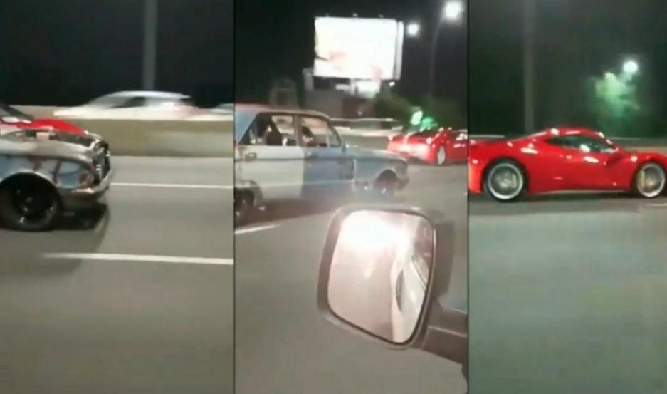 Un Falcon y una Ferrari corriendo por Panamericana.