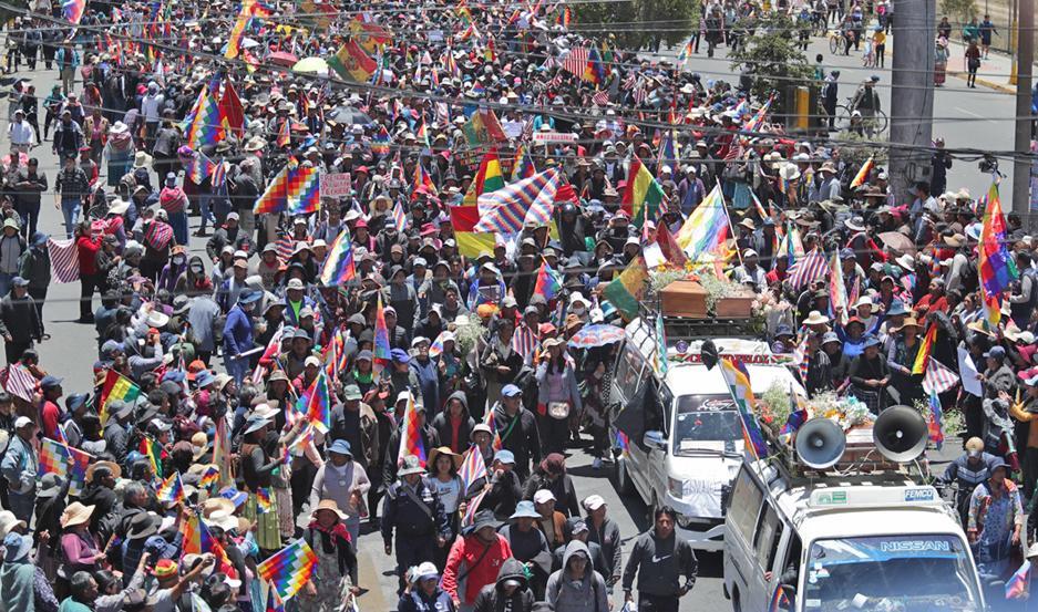 TENSIÓN. Una multitud bajó de El Alto al centro de La Paz para acompañar los restos de los civiles asesinados.