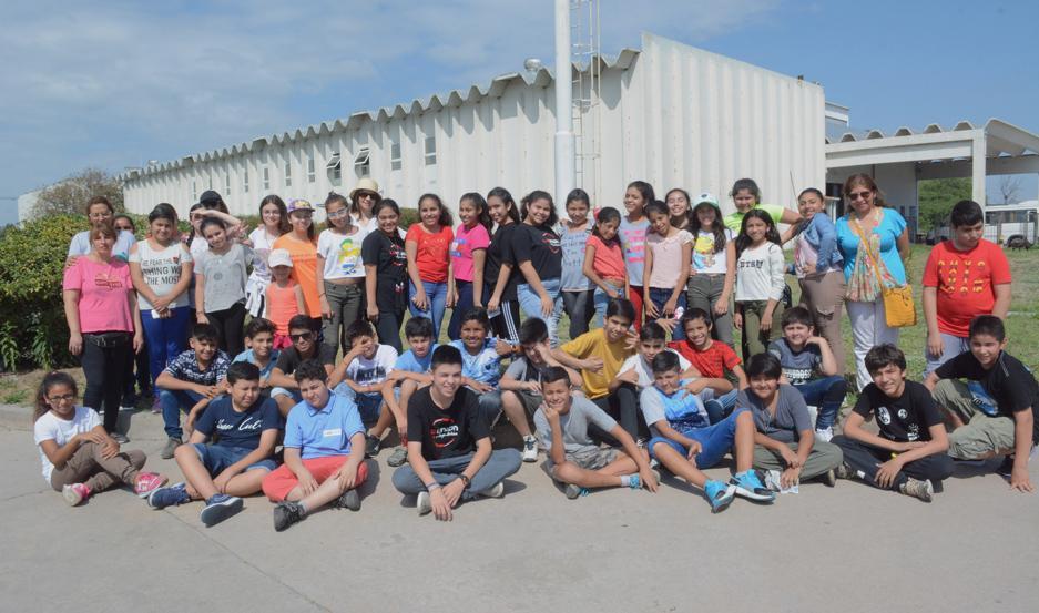 """Los chicos de la Escuela """"Benjamín Santillán"""", asistieron con la profesora Elsa Bustos, Marcela Navarro, Mariela Laitán y la doctora Sandra Esperguín."""