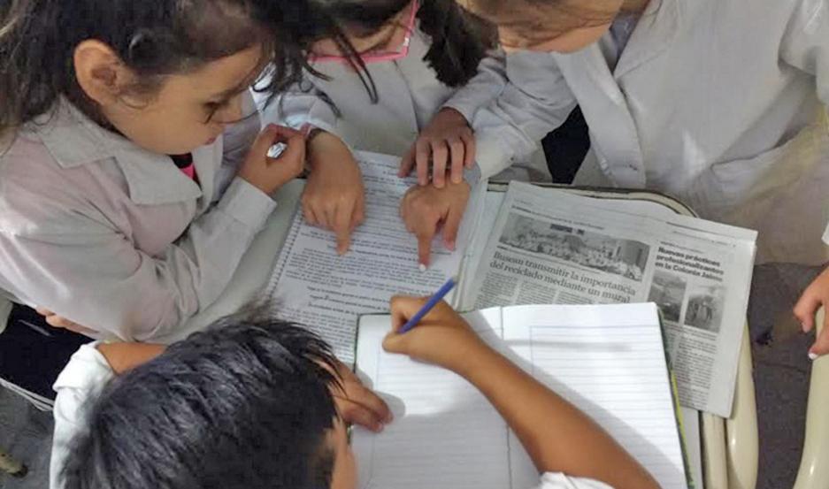 """RECORTES. Estudian las características y la estructura de los recortes periodísticos para poder realizar las """"noticitas""""."""