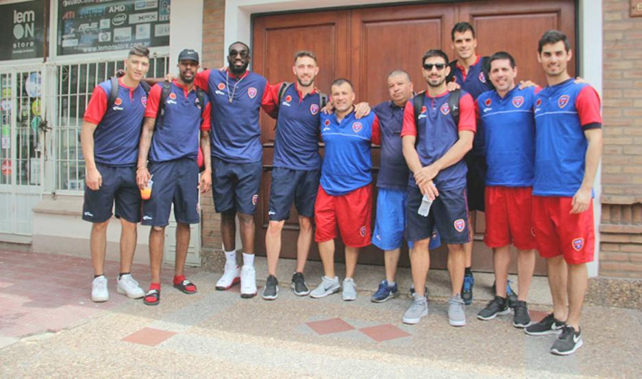 PARTIDA. El plantel de Quimsa se concentró frente al club para luego ser traslado al aeropuerto local para emprender el viaje a Brasil.