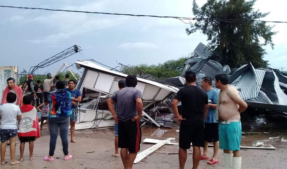 El temporal causó destrozos de magnitud en numerosos barrios del oeste de la ciudad Capital y de La Banda. Las familias damnificadas comenzaron a recibir asistencia desde el Gobierno de la provincia.