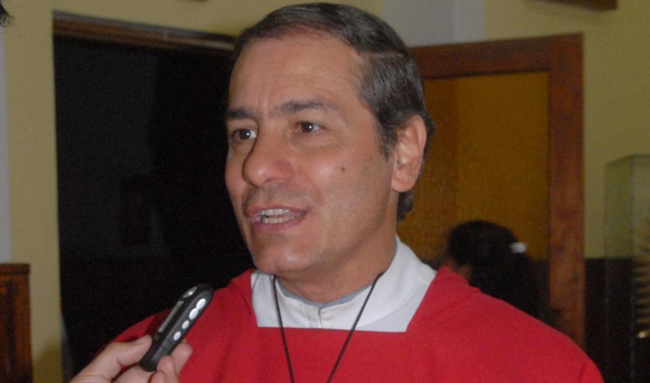 El padre Rolando Tenti es el organizador de esta ceremonia.