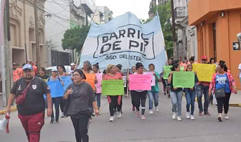 BARRIOS DE PIE. Marchó hasta la delegación local del Ministerio de Desarrollo Social de la Nación.