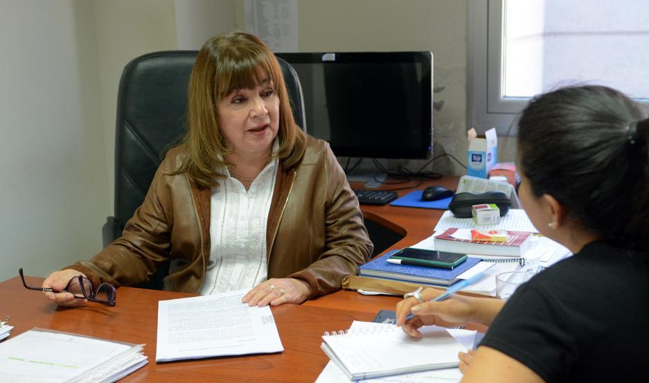INVESTIGACIÓN. La Dra. Marta Elena Ovejero ordenó que la joven sea examinada por el médico forense, quien constató las brutales lesiones.
